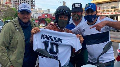 """Los integrantes de """"Dale Lobo"""" le entregaron a Leopoldo Luque una camiseta de la campaña que encabezan en reconocimiento por su trabajo con Diego. Lo encontraron arriba de su moto"""