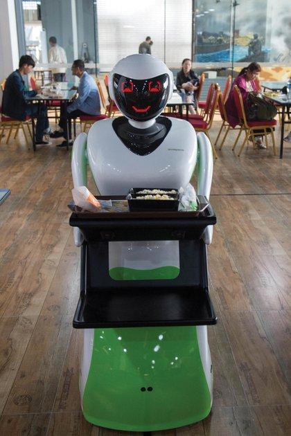 Ya existen robots dedicados a atender establecimientos gastronómicos en varios países de Oriente. Foto: AFP.