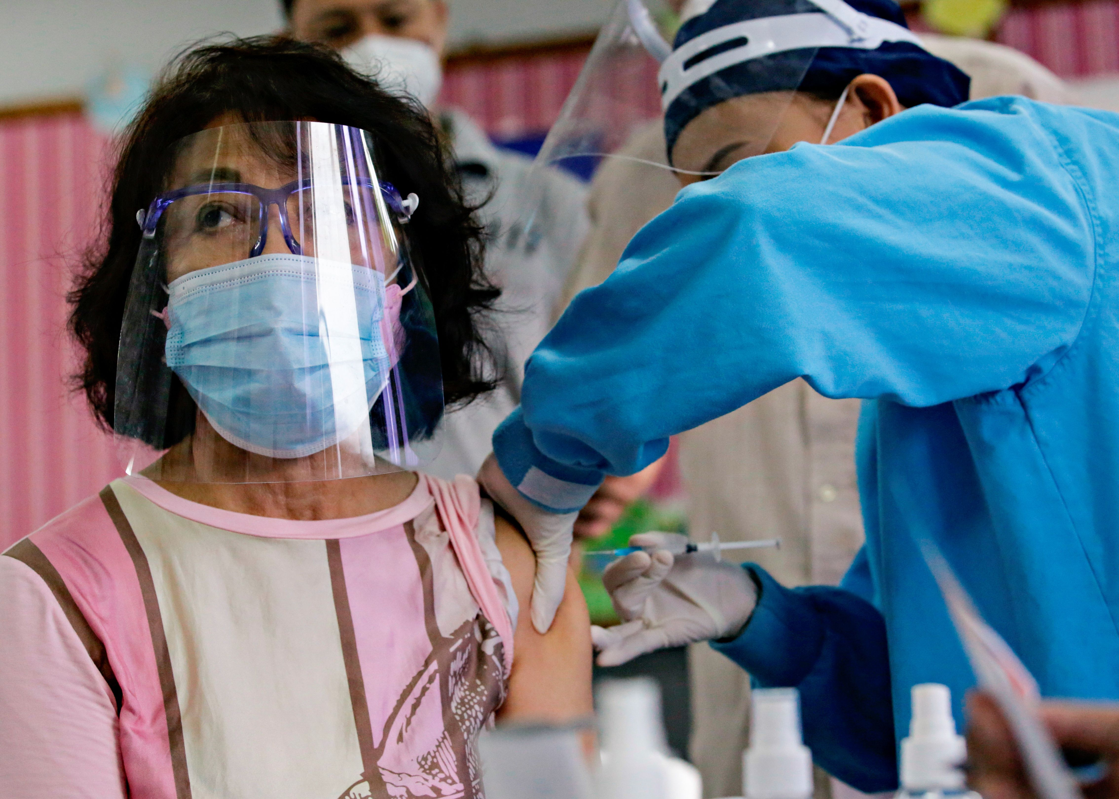 Una mujer recibe la vacuna SinoVac en Yakarta, Indonesia - REUTERS/Ajeng Dinar Ulfiana  REUTERS/Ajeng Dinar Ulfiana