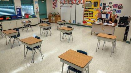 La profesora Acosta da una clase utilizando la plataforma 'My School Online' desde su aula vacía en el Centro Educativo Bob Graham el día de regreso a la escuela en Miami, Florida, EE.UU., el 31 de agosto de 2020. EFE/EPA/CRISTOBAL HERRERA-ULASHKEVICH
