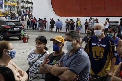 Personas haciendo fila para ser vacunadas en Río de Janeiro (REUTERS/Ricardo Moraes/Archivo)