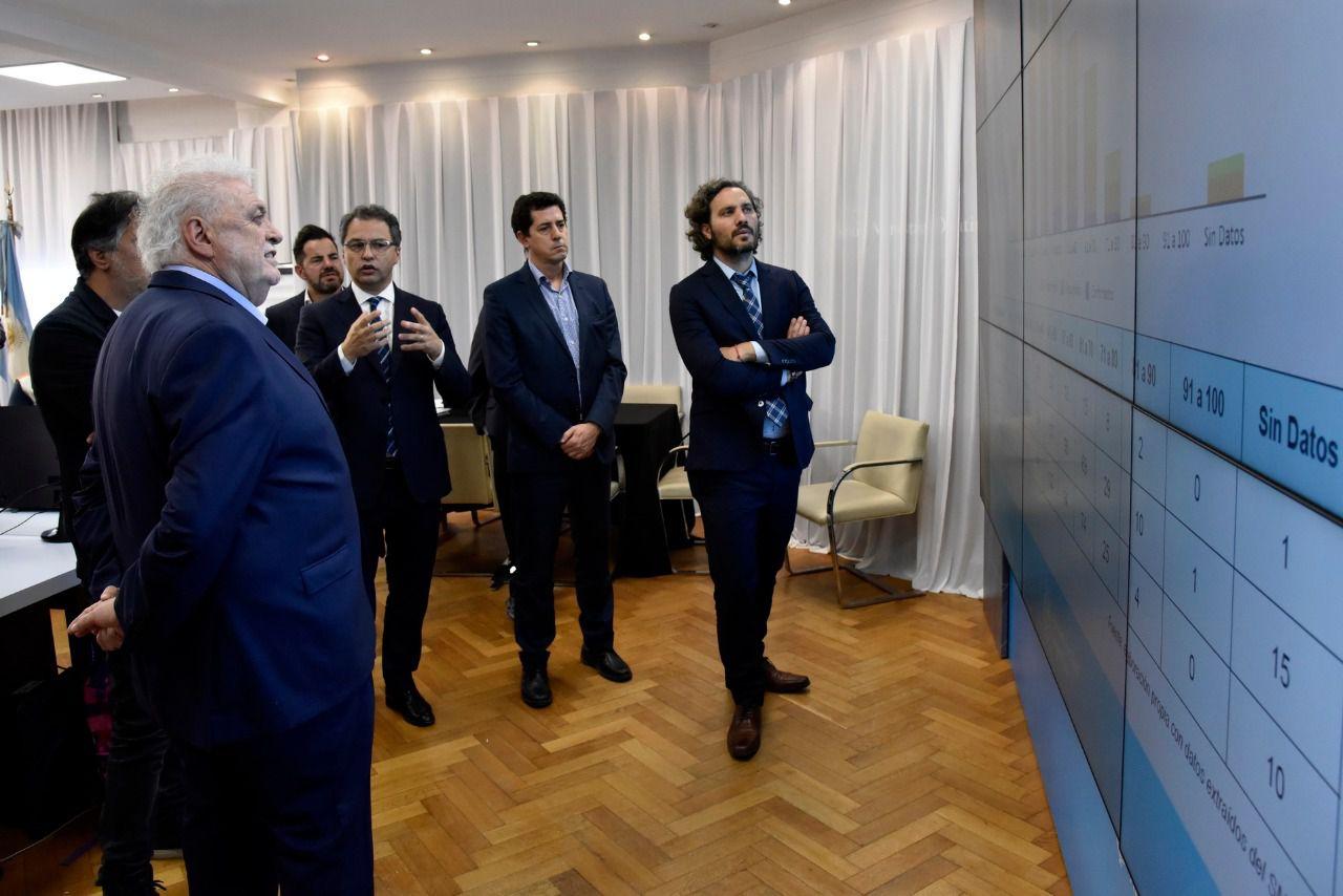 Santiago Cafiero monitorea información en el Ministerio de Salud