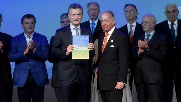 Macri y Funes de Rioja, con el communiqué con las recomendaciones (Nicolás Stulberg)