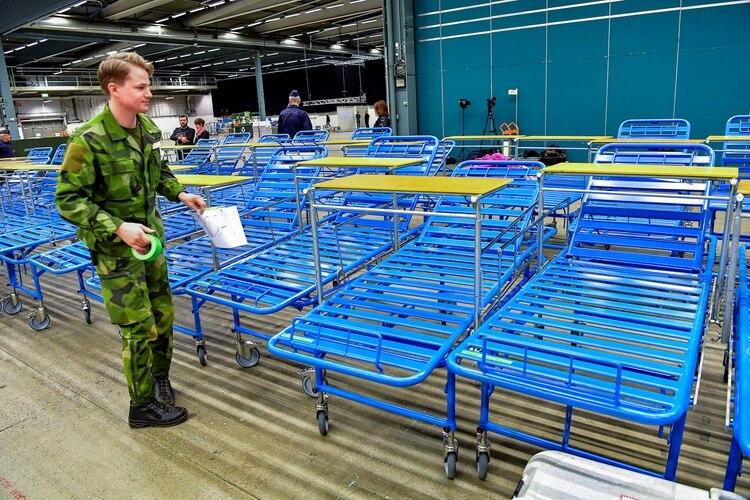 Las Fuerzas Armadas suecas construyen un hospital de campaña dentro del centro de exposiciones Stockholmsmassan en Alvsjo que proporcionará un espacio de cuidados intensivos adicionales para pacientes con enfermedad por coronavirus (COVID-19) en Estocolmo (Reuters)