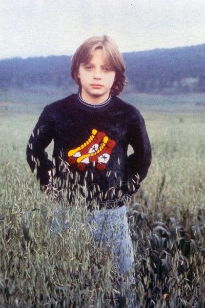 Sweaters peluditos con dibujos de patines y jeans, uno de los looks aniñados de Luismi en su infancia