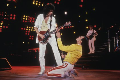 Singer Freddie Mercury (1946 - 1991) and guitarist Brian May of British rock band Queen in concert at Wembley Stadium, July 1986. (Photo by Dave Hogan/Getty Images)