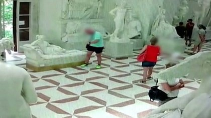 El turista voltea y se da cuenta de lo que hizo