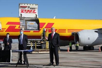 El premier israelí Benjamin Netanyahu recibe un lote de vacunas de Pfizer/BioNTech en el aeropuerto de Ben Gurion - Abir Sultan/Pool via REUTERS