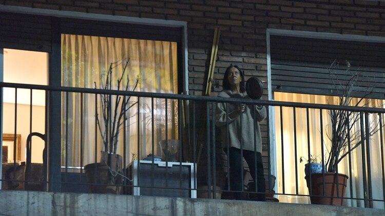 Una mujer golpea una sartén en su balcón (Foto: Franco Fafasuli)
