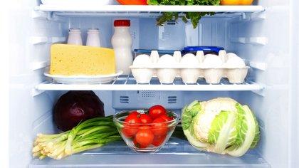 La contaminación cruzada entre alimentos puede darse incluso dentro de la heladera (Getty)