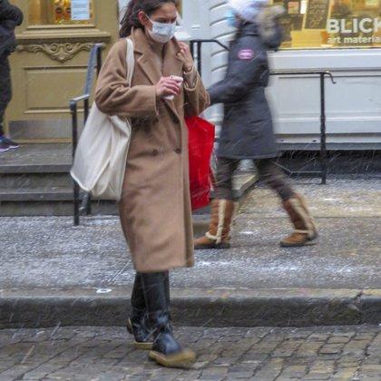 Durante un paseo por las calles de Nueva York, Katie Holmes se detuvo en la tienda Blick Art. La actriz caminó debajo de la lluvia y el viento, y se la vio con un tapabado beige, pantalón y botas. Además, llevaba puesto su tapabocas