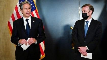 El Secretario de Estado de Estados Unidos, Antony Blinken (izq.), y el Asesor de Seguridad Nacional, Jake Sullivan, en Alaska el 19 de marzo de 2021 (Frederic J. Brown/Pool vía REUTERS/Archivo)