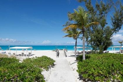 Caminos que llevan del hotel a la playa para disfrutar del Mar Caribe y las arenas blancas