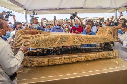 Los sarcófagos fueron exhibidos y uno fue abierto ante la prensa para mostrar la momia de su interior.