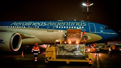 Las vacunas rusas ya fueron cargadas en el Avión de Aerolíneas Argentinas (Presidencia)