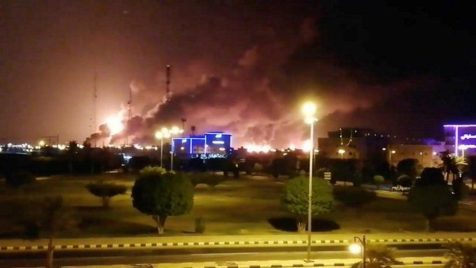 Captura de un video que muestra el incendio luego del ataque de un drone (Twitter)