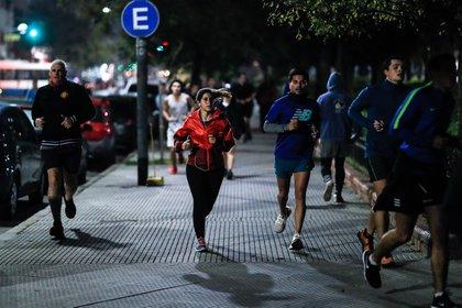 Cientos de personas salen a realizar actividad física, ayer lunes, luego de que el Gobierno lo permitiera en Buenos Aires, Argentina (EFE/Juan Ignacio Roncoroni)