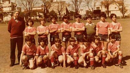 Su primer partido en las inferiores de Independiente: agachado, a la derecha, están él y Gustavo López. Arriba, con la 2, el Morrón Rotchen