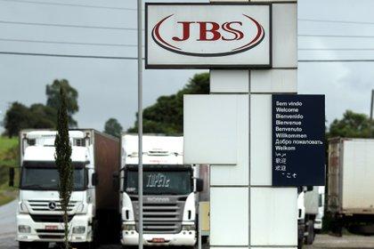 JBS subrayó que el acuerdo con el Departamento de Justicia impone una multa de casi 256,5 millones de dólares, pero informó que el 50 % de ese valor ya fue pagado a las autoridades brasileñas, por lo que la otra mitad se la abonará a EE.UU. EFE/Joédson Alves/Archivo