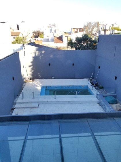 Una pileta en el patio de una vivienda en el Gran Buenos Aires. Si se hace después de la casa, puede ser una actividad bastante invasiva, advierte el arquitecto Jorge Balboa