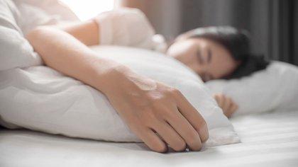 La reducción del sueño afecta la selección de alimentos y la forma en que el cerebro percibe los alimentos (Shutterstock)