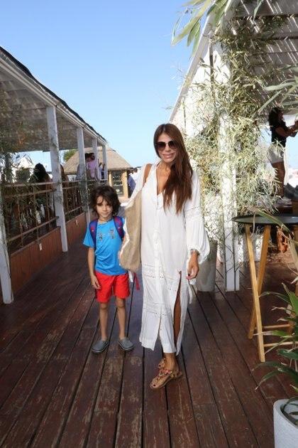 Zulemita Menem disfrutó de un día de playa luciendo una túnica blanca