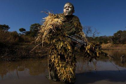 Petronella Chigumbura hace parte de un grupo de guardabosques, compuestos solo por mujeres, que tienen la misión de perseguir a cazadores furtivos en el parque natural de Phundundu, en Zimbabue. (BRENT STIRTON (GETTY IMAGES)