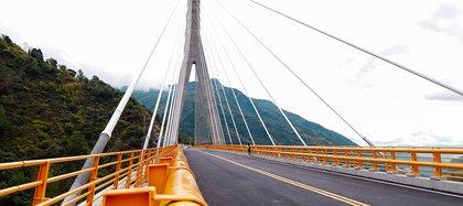 Nueve meses de su inauguración, el Puente Hisgaura, el más alto de Colombia, ya tiene huecos. Desde 2018, la estructura generó polémicas por sus ondulaciones en los costados, ocultas con placas de metal instaladas por Sacyr, la empresa encargada de la obra.