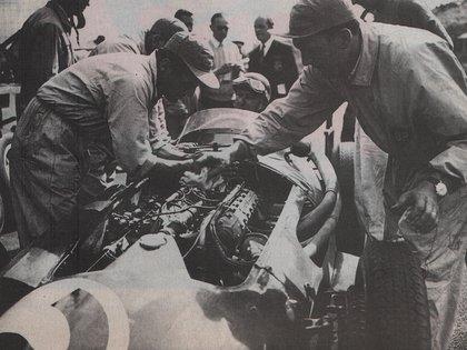 Los mecánicos no pudieron cumplir a tiempo con el recambio de gomas y recarga de nafta. Hubo fallas en su parada y Fangio debió remontar casi un minuto (Archivo CORSA)