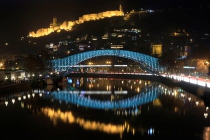 FOTO DE ARCHIVO: Un moderno puente peatonal sobre el río Mtkvari se ve frente a la antigua Fortaleza Narikala en Tiflis (Reuters)
