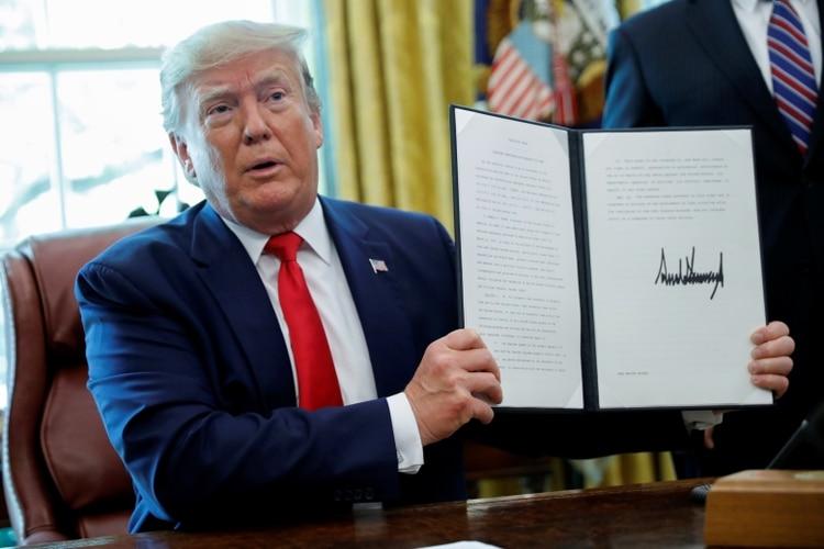 Trump muestra la orden ejecutiva firmada con las nuevas sanciones contra Irán (REUTERS/Carlos Barria)