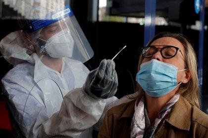El coronavirus es muy contagioso y ha tenido importantes rebrotes en muchos países del mundo - REUTERS/Pascal Rossignol