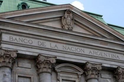 Foto de archivo - Fachada superior de la sede central del Banco de la Nación Argentina (BNA), en Buenos Aires. Mar 26, 2019. REUTERS/Agustin Marcarian