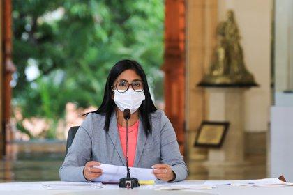 Fotografía cedida por Prensa de Miraflores que muestra a la vicepresidenta de Venezuela, Delcy Rodríguez, mientras ofrece una rueda de prensa hoy, en Caracas (Venezuela). EFE/Prensa de Miraflores