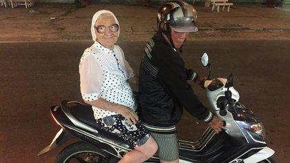 Abuela Lena en una moto en Vietnam. (Facebook: Ekaterina Papina)