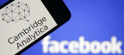Cambridge Analitycatrabajó con datos malversados a 87 millones de usuarios deFacebook, razón por la cual lared social debió dar explicaciones a las autoridades en EEUU y Europa.