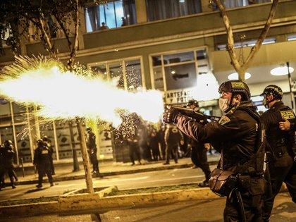 Fuertes enfrentamientos entre la Policía y manifestantes en Lima, Perú (EFE/Aldair Mejía)