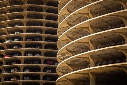 Marina City,un complejo de edificios de uso mixto que ocupa toda una manzana de la Calle State en Chicago, fue el primer complejo residencial de altura en Estados Unidos tras la Segunda Guerra Mundial y se le acredita como el responsable de reimpulsar los proyectos residenciales dentro de las ciudades (Shutterstock)