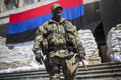 Mercenarios rusos custodiando el ayuntamiento de Sloviansk, en Ucrania (Europa Press/archivo)