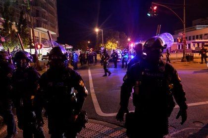 Los agentes de policía son vistos durante un toque de queda en Louisville, Kentucky.  REUTERS / Bryan Woolston