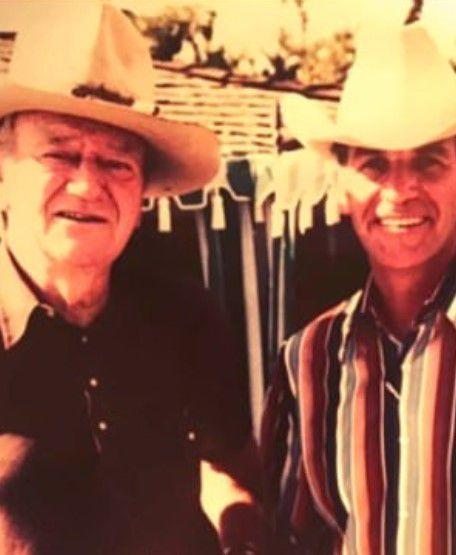 El actor John Wayne y Robert Norris (Foto: Facebook)