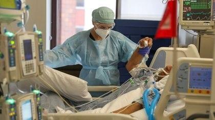 FOTO DE ARCHIVO: La doctora Zafia Anklesaria, codirectora de la unidad de cuidados intensivos del Dignity Health California Hospital Medical Center, atiende a un paciente de COVID-19 en el hospital donde trabaja en Los Ángeles, estado de California, Estado Unidos, el 18 de mayo de 2020. REUTERS/Lucy Nicholson