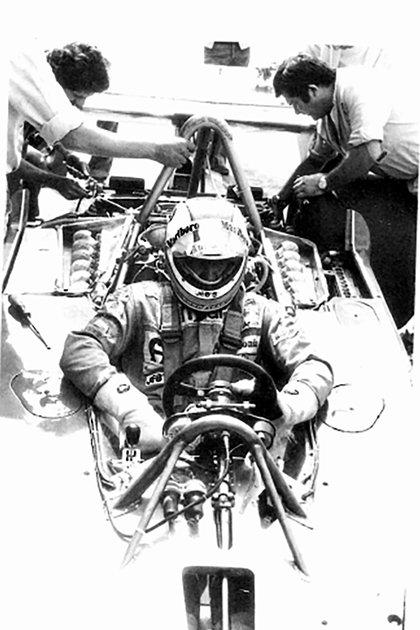 A la derecha aparece Rolando Levoni atendiendo el auto de Clay Regazzoni, su piloto preferido (Rolando Levoni).