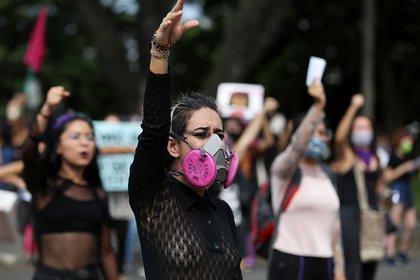 Fotografía tomada el pasado 3 de julio en la que se registró a un grupo de mujeres, durante una protesta contra la violencia machista, los abusos y el acoso sexual, en Cali (Colombia). EFE/Pablo Rodríguez/Archivo