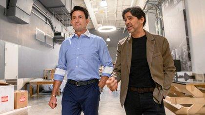 Después de tres décadas en Televisa, Fernando Colunga cambió de televisora. En la imagen junto a Marcos Santana, Presidente de Telemundo Global Studio (Foto: Cortesía Telemundo)
