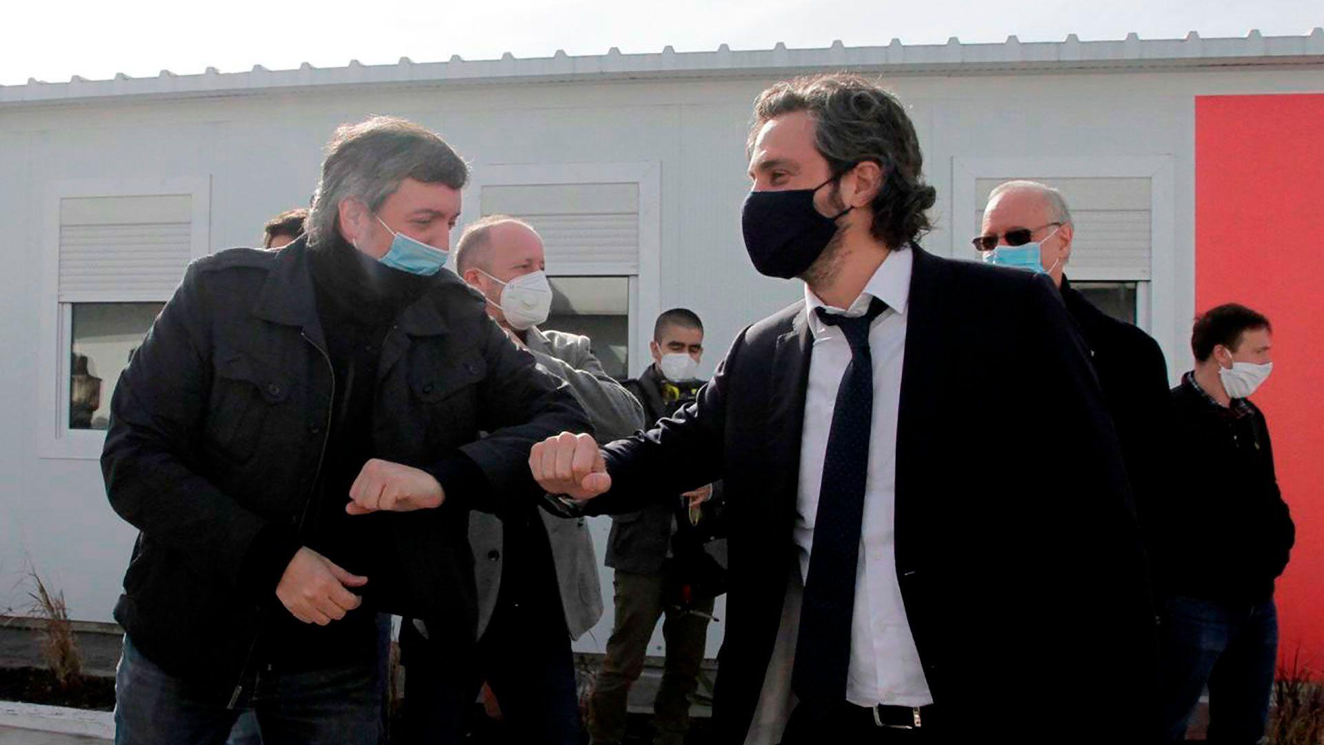 Santiago Cafiero y Maximo Kirchner saludo codo barbijo