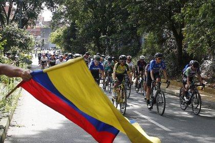 Imagen de archivo: Ciclistas compiten durante la última etapa de la Vuelta a Colombia 2020 el 22 de noviembre de 2020 en el circuito entre Medellín y el alto de Santa Elena, departamento de Antioquia (Colombia). EFE/ Luis Eduardo Noriega A/Archivo