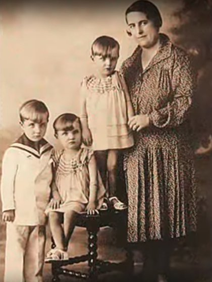 Con sus hermanos y su madre, Rosa Suárez