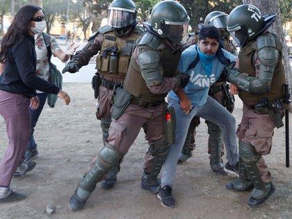 La Policía de Valparaiso se lleva detenido a un manifestante (REUTERS /Goran Tomasevic)
