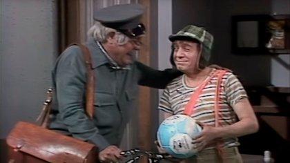 Chato Padilla en la piel de Jaimito, el cartero, junto a Chespirito como el Chavo del 8 (Foto: captura)